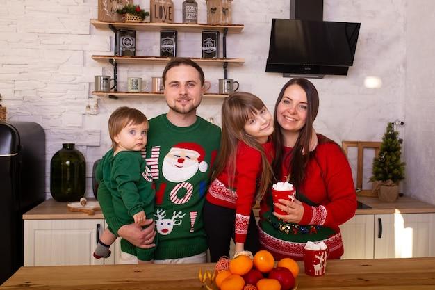 キッチンでクリスマスの朝に家族