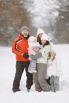 家族のクリスマス休暇中の家族。子供を持つ祖父母。カメラでポーズをとる人。