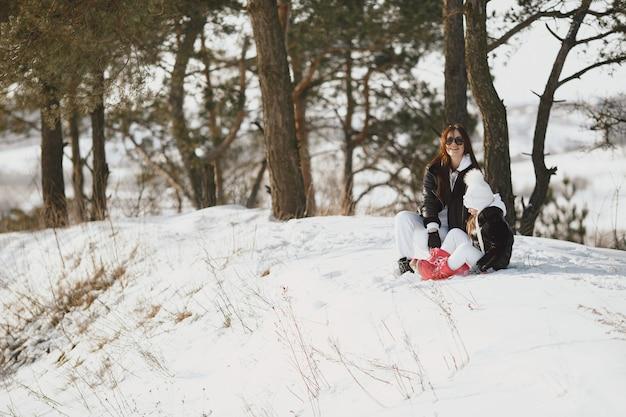 가족 크리스마스 휴가에 가족. 여자와 숲에서 어린 소녀입니다. 사람들이 걷는다.