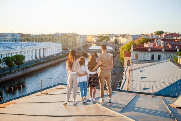Семья на крыше, наслаждаясь видом на красивый закат в санкт-петербурге в россии