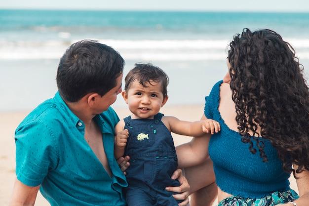 바다 해변에서 가족