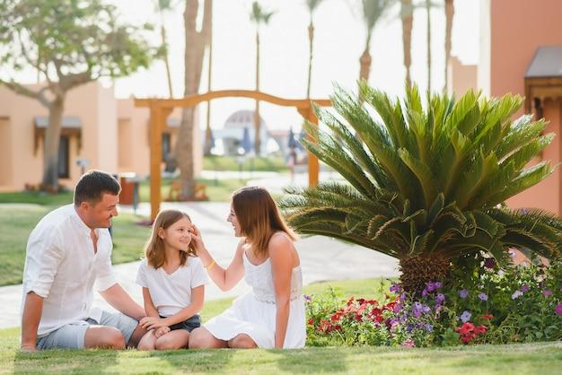 高級ホテルで休暇中の家族。海での休日。