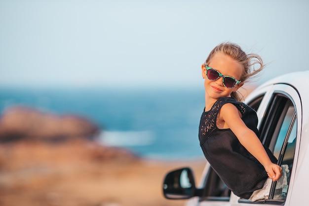 Семья в отпуске. летний отдых и концепция автомобильного путешествия Premium Фотографии