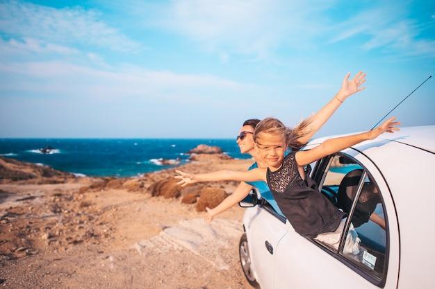 車で休暇旅行中の家族。夏休みと車の旅のコンセプト
