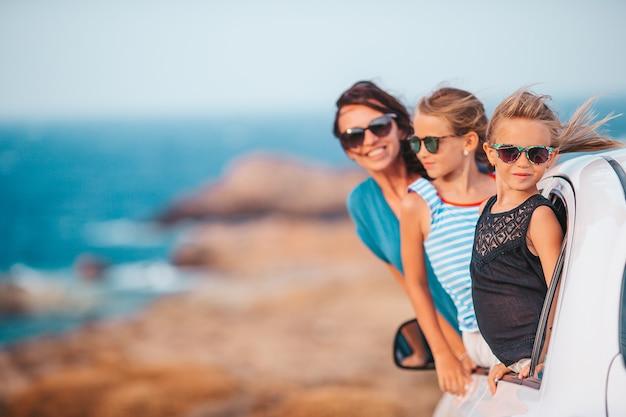 Семья в отпуске путешествует на машине. летний отдых и концепция автомобильного путешествия