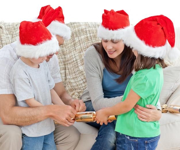 Семья открытия крекеры вместе на диване