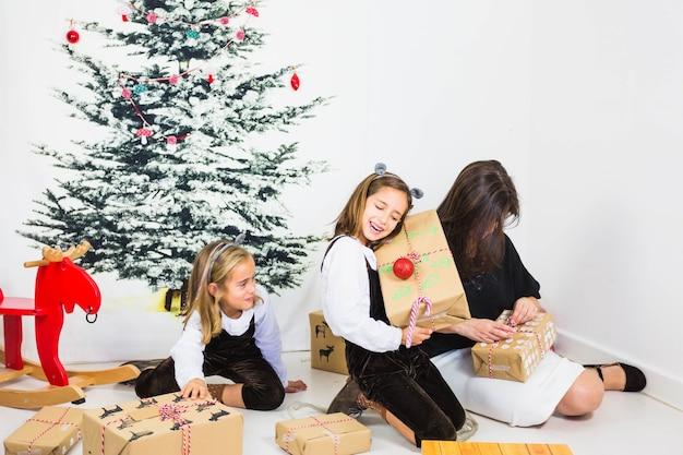 Scatole regalo di apertura per la famiglia