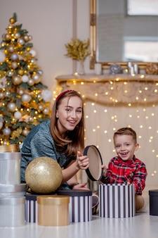Семья открывает подарки на рождество