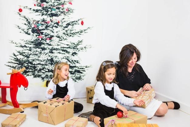 Famiglia che apre le scatole presenti