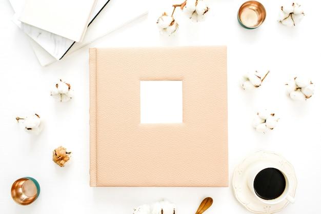 テキスト、綿棒、コーヒーカップ、白い表面の装飾のための空白のスペースを持つ家族や結婚式のフォトアルバム