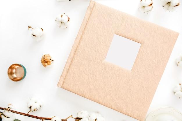 텍스트, 면봉, 흰색 표면에 장식을위한 빈 공간이있는 가족 또는 결혼 사진 앨범