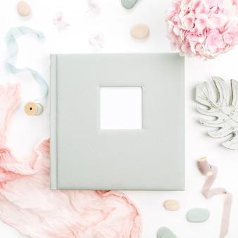 テキスト、アジサイの花の花束、ピンクの毛布、白い表面の装飾のための空白のスペースを持つ家族や結婚式のフォトアルバム