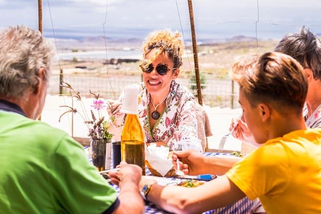 시골에있는 식당에서 모두 함께 식사하는 가족 야외