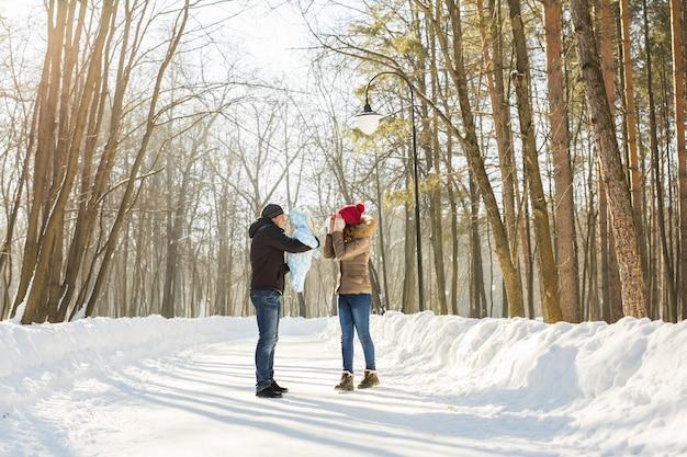 Семья на открытом воздухе в зимнем пейзаже. младенец