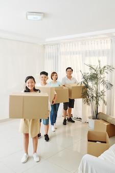 引っ越しのために家族で満員
