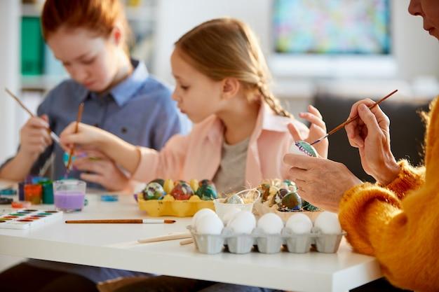 イースターのための家族の絵画の卵