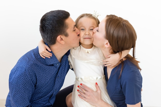 가족, 부모 및 자녀 개념. 화이트에 작은 귀여운 딸과 함께 매력적인 가족