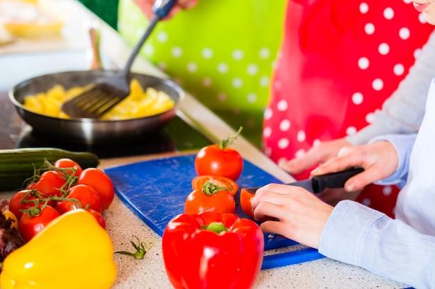 Семья - родители и ребенок - приготовление здоровой еды на домашней кухне