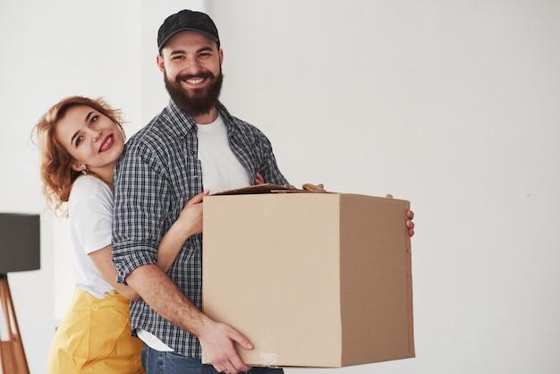 Foto di famiglia. coppia felice insieme nella loro nuova casa. concezione del movimento