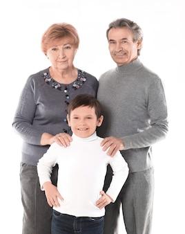 Семейное фото бабушки, дедушки и внука. изолированные на белом фоне