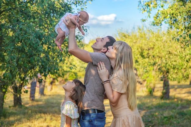 Семейное фото с новорожденным ребенком. выборочный фокус. люди.