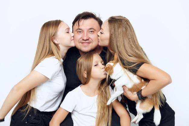 Семейная фотография любовь дружба радость собака
