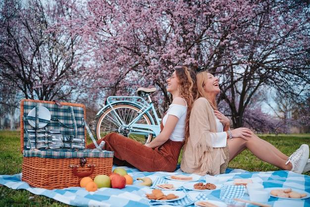 娘と母の日を祝う家族のピクニック