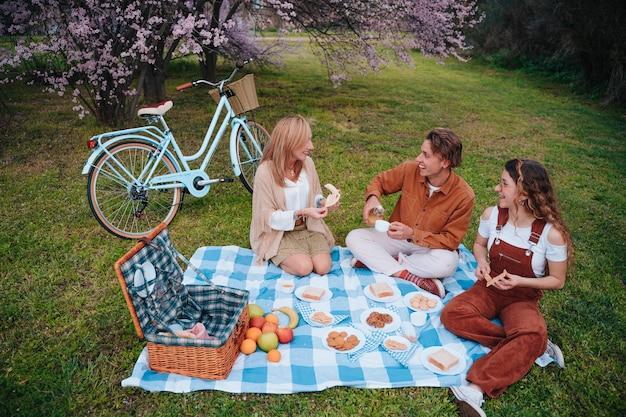 息子と娘と一緒に母の日を祝う家族のピクニック