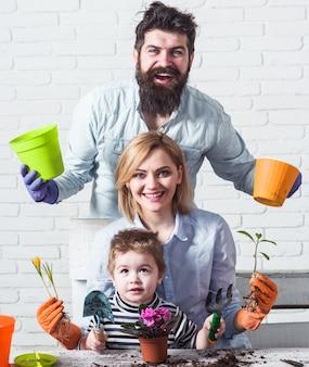 함께 꽃을 심는 가족. 식물을 가꾸다. 원예 개념입니다.