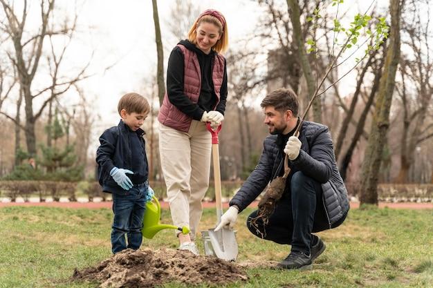 Семья вместе в земле на открытом воздухе