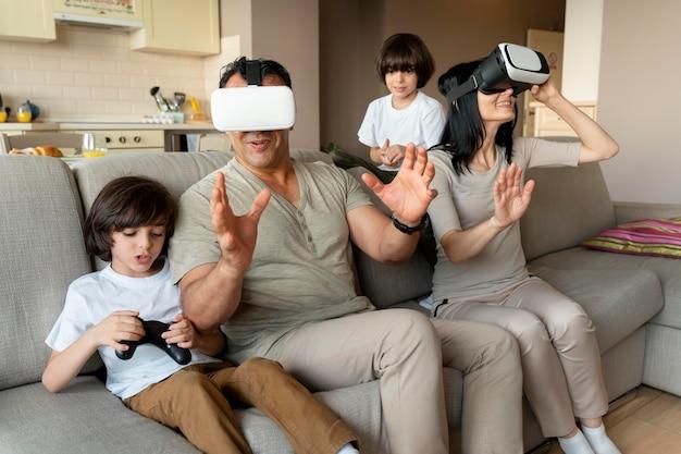 一緒にバーチャルリアリティゲームをしている家族