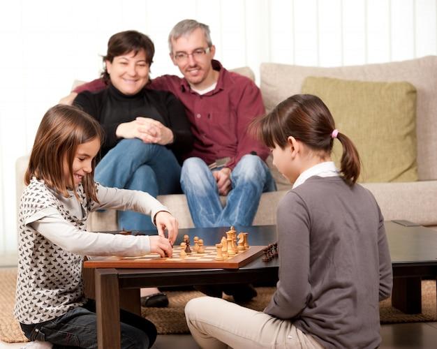 自宅でチェスをしている家族