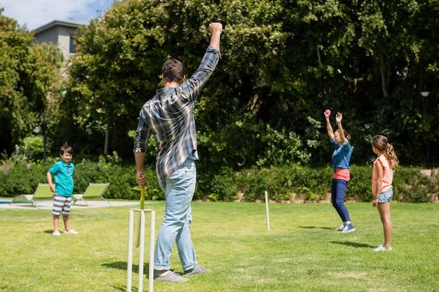 家族が公園でクリケットをプレイ