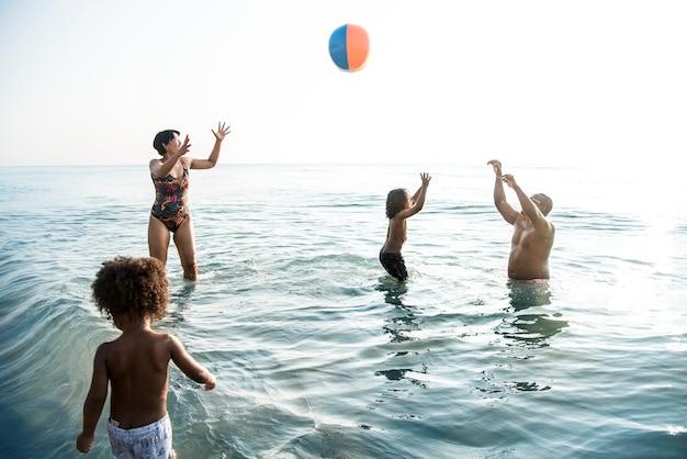 ビーチで一緒に遊ぶ家族