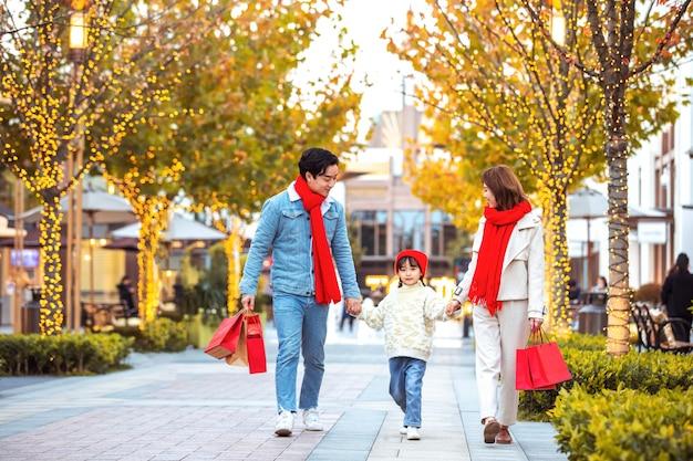 休日や買い物でクリスマスと新年を祝う家族の肖像画