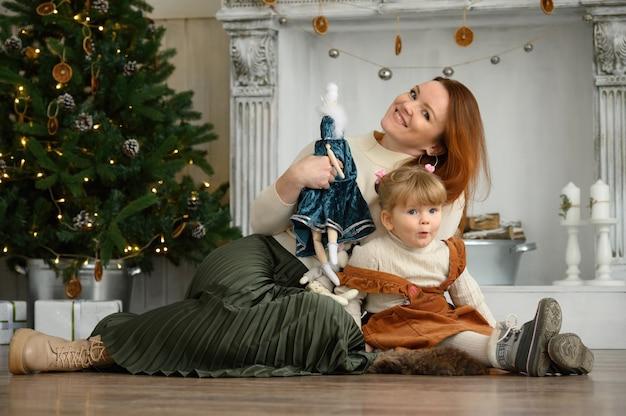 家族の肖像画、クリスマスの時期に幸せな母と娘