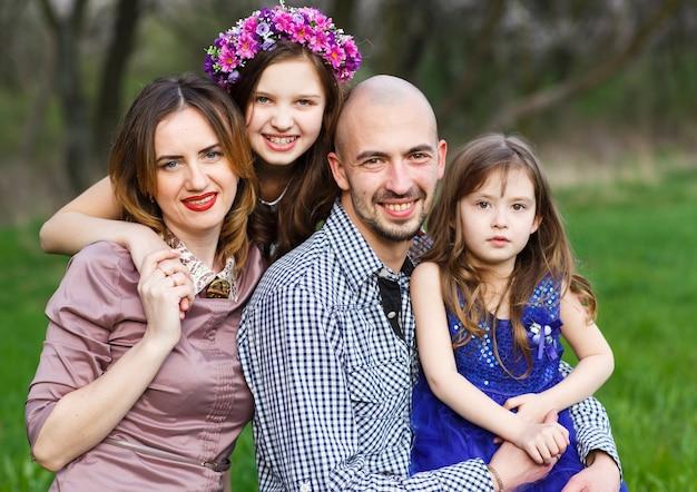 公園で家族の肖像画。