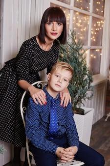 Семейный портрет матери с детьми в канун рождества. новый год дома с семьей