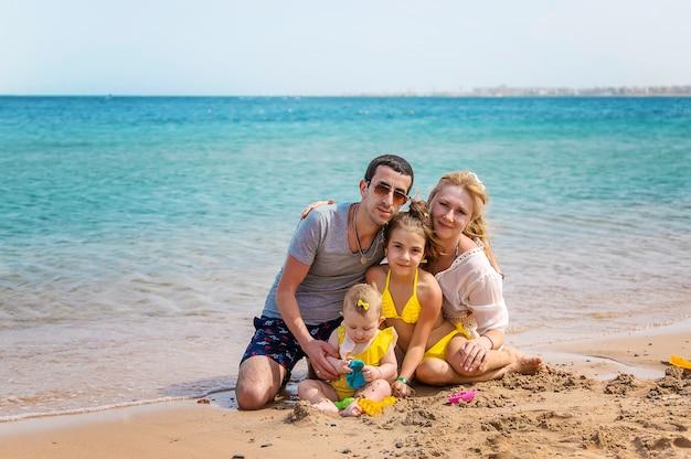 ビーチで家族の肖像画