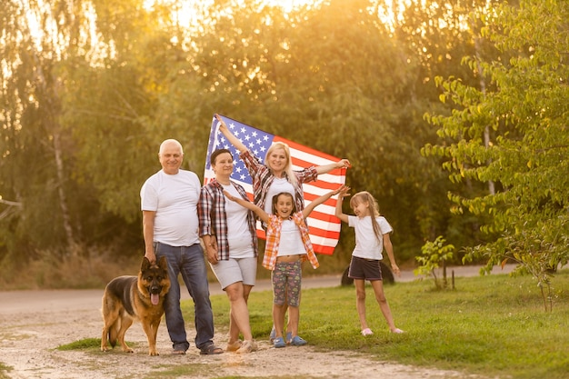 미국 국기와 함께 야외에서 포즈를 취하는 가족