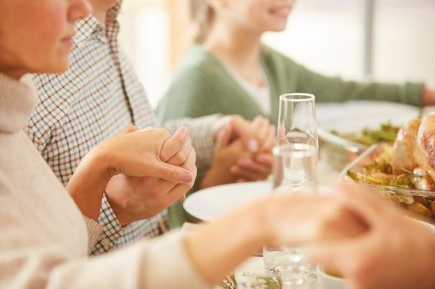 테이블에서기도하는 가족