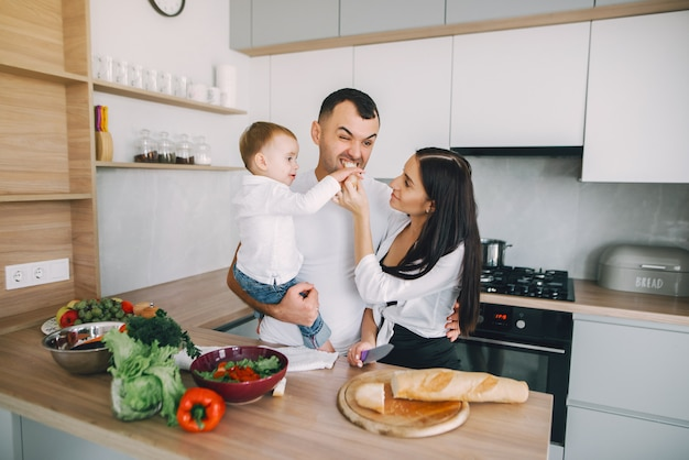 家族はキッチンでサラダを準備します