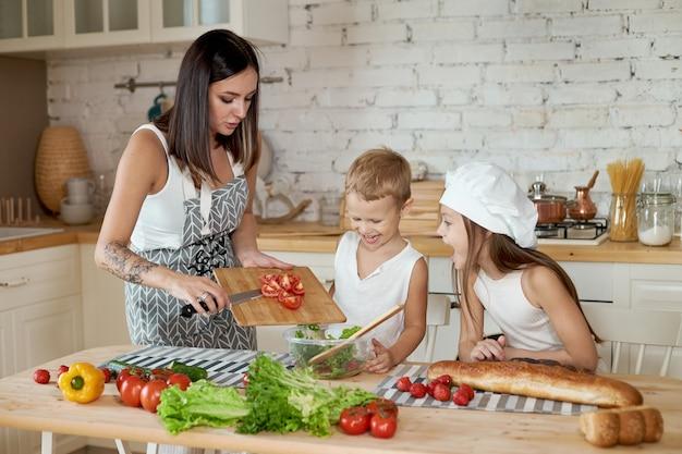 家族は台所で昼食を準備します