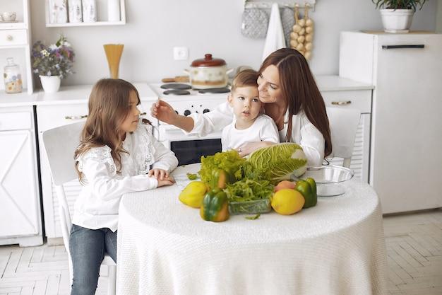キッチンでサラダを準備する家族