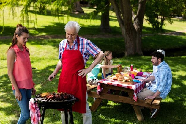Семья готовит барбекю