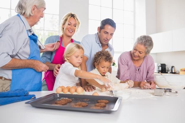 Семья готовит печенье вместе