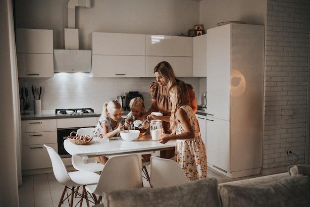 朝食にパンケーキ生地を準備する家族家族の趣味の手家族