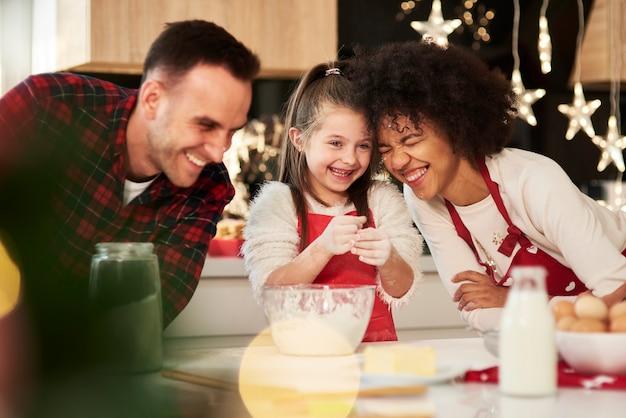 家族がキッチンでおやつを準備