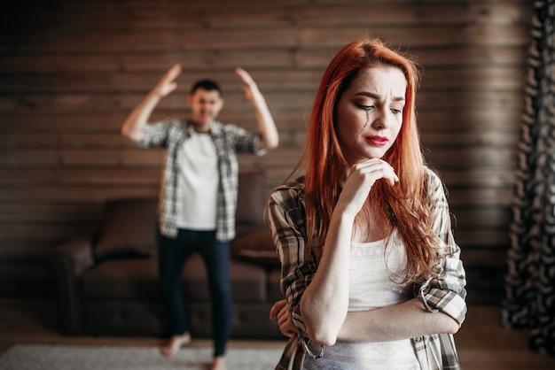 家族の喧嘩、対立するカップル、泣いている女性