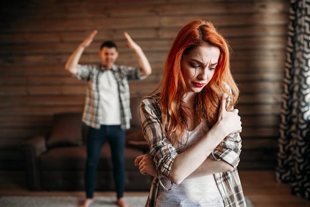Семейная ссора, пара в конфликте, женщина плачет